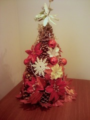 Árvore de Natal feita com pinhas